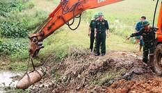 Kinh hãi phát hiện quả bom nặng 300kg khi đang nạo vét kênh