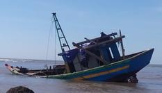 Tàu cá bị đá ngầm đâm thủng, ngư dân mất trắng hàng trăm triệu đồng