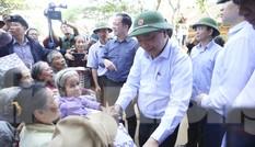 Hình ảnh Thủ tướng Nguyễn Xuân Phúc thăm hỏi, động viên nhân dân rốn lũ Quảng Bình