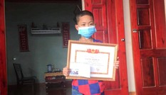 Tặng giấy khen cho cậu bé 8 tuổi cứu 2 em nhỏ thoát đuối nước