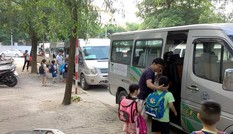 Một học sinh lớp 3 bị bỏ quên trên xe đưa đón