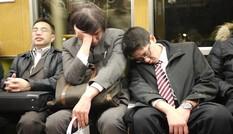 Vì sao người trẻ Nhật Bản quen ngủ vạ vật nơi công cộng?