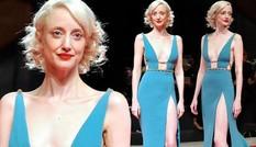Diễn viên người Anh mặc hở bạo vẫn được khen đẹp như nữ thần