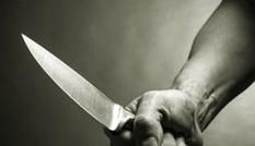 Mẹ bị đánh, con trai khuyết tật rút dao đâm chết người