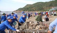 Cảng cá Lạch Quèn chung tay dọn rác làm sạch biển