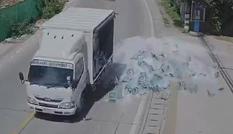 Xe tải ôm cua đánh rơi hàng trăm chai bia xuống đường