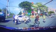 Lao vào ôtô, người lái xe máy 'bay như chim'
