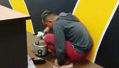 Chàng trai nấu ăn ở phòng làm việc để tiết kiệm tiền