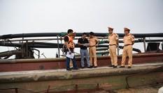 Bắt 15 tàu khai thác cát trái phép trên sông Hồng