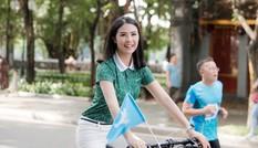 Ai đi xế xịn thì đi, còn Ngọc Hân thong dong đạp xe quanh Hồ Gươm đúng chuẩn sống xanh