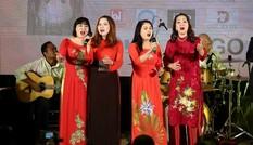 Bác sĩ hát gây quỹ tặng sinh viên khó khăn