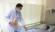Đắp thuốc trôi nổi trị đau lưng, cụ bà bị liệt chi