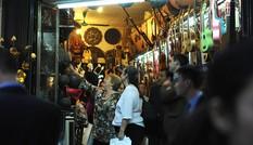 Cận cảnh nữ Tổng thống Chile giản dị thăm phố cổ Hà Nội