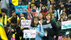 'Team chị gái mưa' cổ vũ, tỏ tình với cầu thủ Phan Văn Đức