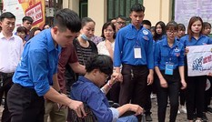 Tình nguyện viên hỗ trợ thí sinh mổ ruột thừa vào phòng thi
