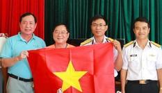 Thăm và tặng quà cán bộ chiến sỹ trên đảo Lý Sơn