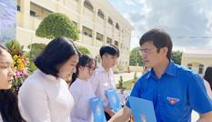 Chủ tịch Hội Sinh viên Việt Nam dự khai giảng và trao học bổng