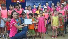 Top 10 Hoa hậu Việt Nam thăm, tặng quà trẻ em nghèo Tam Bình
