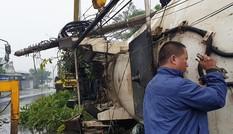 Xe bồn gãy đôi sau khi tông hàng loạt nhà cửa, xe cộ