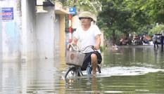 Ba ngày sau mưa bão, phố Hà Nội vẫn chìm trong biển nước