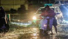 Lao vào biển nước sau mưa dông Hà Nội, nhiều xe 'chết đuối'