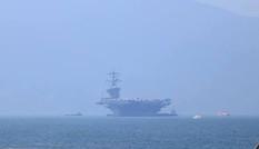Tàu sân bay Mỹ USS Carl Vinson neo đậu cách bờ biển Đà Nẵng 1km