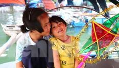 Trung thu của những đứa trẻ xóm chài trên vịnh Hạ Long