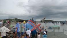 Phú Yên: 32 tàu thuyền bị sóng đánh chìm khi bão đổ bộ