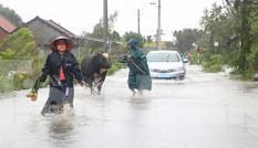 Nước lũ dâng cao, nhiều khu dân cư ở Phú Yên bị chia cắt