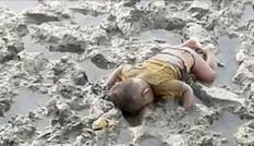Em bé tị nạn chết úp mặt xuống bùn