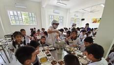 Bữa ăn bán trú: Ngộ độc rình rập, nghèo dinh dưỡng
