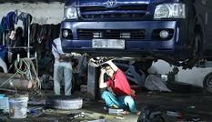 Thị trường ngày 25/10: Xe SH Ý giá 35 triệu, gara sửa xe ô tô quá tải vì mưa lũ
