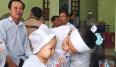 Lũ dữ cướp mất cha mẹ, bé 2 tuổi ngơ ngác đội khăn tang