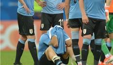 Trở thành 'tội đồ' Uruguay, Luis Suarez ôm mặt khóc rưng rức
