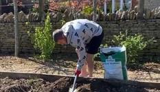 'Sát thủ' Ngoại hạng Anh về nhà trồng rau, nuôi gà