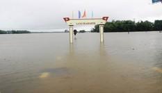 Miền Trung ngập trong nước lũ
