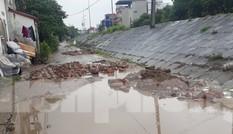 Đường Thủ đô lầy lội giữa ngày nắng, dân đổ gạch lấp 'ổ trâu' không xuể