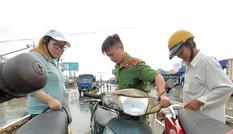 Quốc lộ 1 ngập sâu, Công an Vĩnh Long mang xe tải chuyên dụng cứu hộ người dân