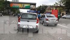 Taxi 'biến hóa' biển số, công khai đón khách sai quy định ở Hà Nội