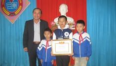 Khen thưởng học sinh dũng cảm cứu 2 em nhỏ
