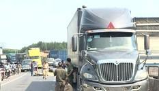 Ngã xuống đường sau va chạm xe bán tải, người đàn ông bị xe container cán qua