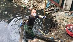 Gặp chàng Tây lội cống vớt rác bẩn ở Hà Nội