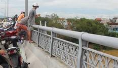 Thanh niên dừng ô tô giữa cầu rồi nhảy xuống sông tự tử