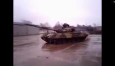 Xe tăng T-80 Nga biểu diễn xoay 180 độ, tóe lửa trên đường