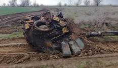 Đâm cột điện cao thế, xe tăng Nga nổ bay tháp pháo