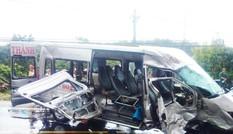 Hai xe khách đâm nhau kinh hoàng, 14 người thương vong