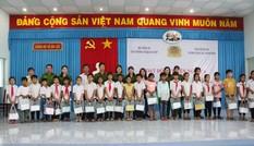 Văn phòng Cơ quan CSĐT Bộ Công an tặng quà cho học sinh nghèo hiếu học