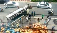Người dân giúp tài xế gom hàng trăm thùng nước ngọt đổ ra đường