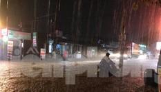 Mưa lớn, nhiều đường phố ở Bình Dương biến thành 'sông'