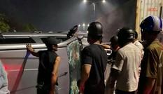 Dùng búa phá cửa giải cứu người trong ô tô lật giữa đường